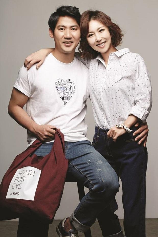 Kbiz có 4 chuyện tình sao yêu fan đời thực: Bạn trai Sooyoung và Heechul phát cuồng vì bạn gái, Yoo Jae Suk cưới luôn fan - Ảnh 10.