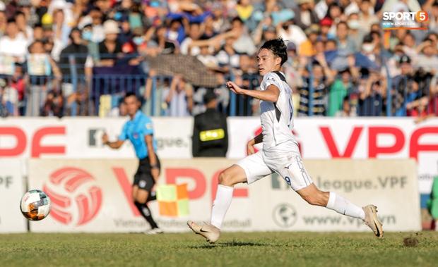 Đội hình tiêu biểu giai đoạn 1 V.League 2020: Công Phượng sát cánh bạn thân và đồng hương thầy Park - Ảnh 5.