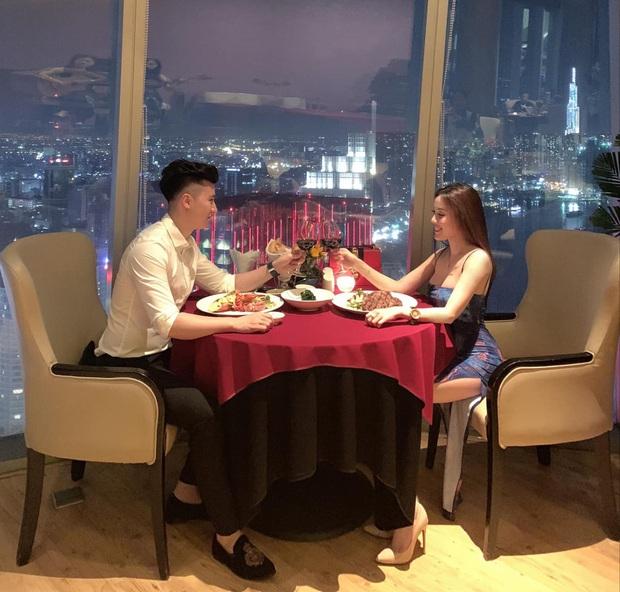 Để ý mà xem, cặp đôi hot nào cũng có 1 bức ảnh theo công thức: Nhà hàng sang trọng + view bao trọn thành phố + chỉ có đôi ta - Ảnh 13.
