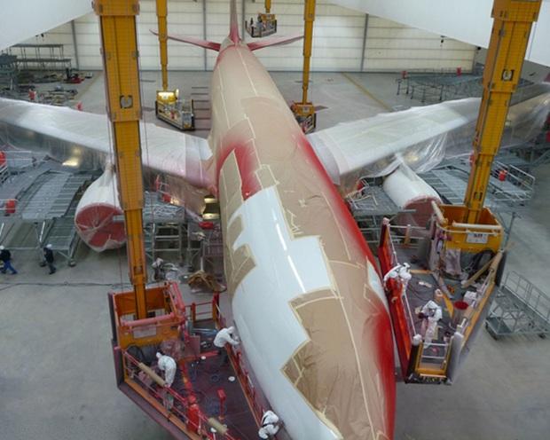 Những lý do nào khiến việc sơn một chiếc máy bay cũng có thể tốn đến 7 tỉ đồng và mất nửa tháng mới hoàn thành xong được? - Ảnh 2.