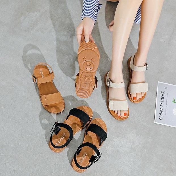 Jisoo diện váy hoa siêu xinh nhưng hay ho nhất lại là ở đôi sandals, chị em học theo để style đỉnh hơn nào  - Ảnh 14.