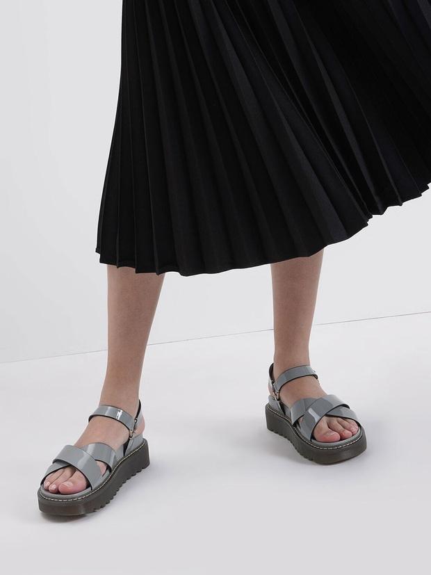 Jisoo diện váy hoa siêu xinh nhưng hay ho nhất lại là ở đôi sandals, chị em học theo để style đỉnh hơn nào  - Ảnh 4.