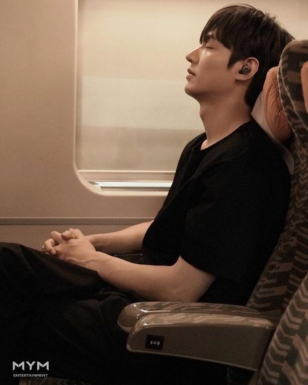 Idol nhà người ta - nhà tôi cùng khoe ảnh: Lee Min Ho sang chảnh, Kim Soo Hyun tự dìm, nhưng sao độ hot chẳng kém? - Ảnh 4.