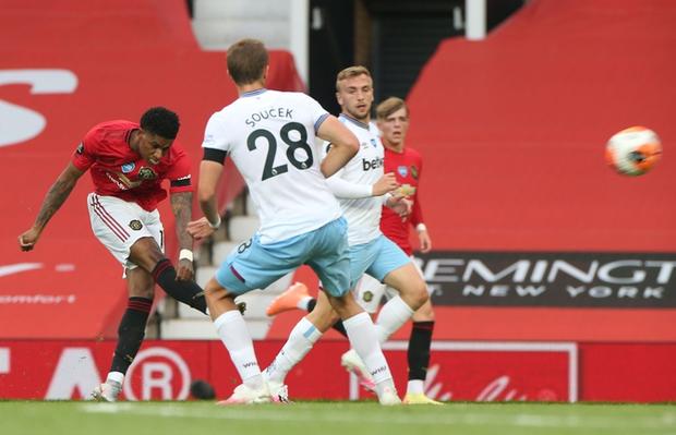 Manchester United nhọc nhằn vào top 4: Pogba chơi bóng chuyền trong vòng cấm, bàn thắng của sao trẻ cứu Quỷ đỏ - Ảnh 2.