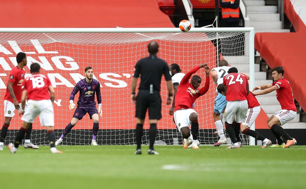 Tình huống Pogba dùng tay cản bóng vì sợ đau: Cầu thủ đắt giá nhất MU ném ánh mắt hình viên đạn về phía đối thủ sau khi bị chọc quê - Ảnh 1.