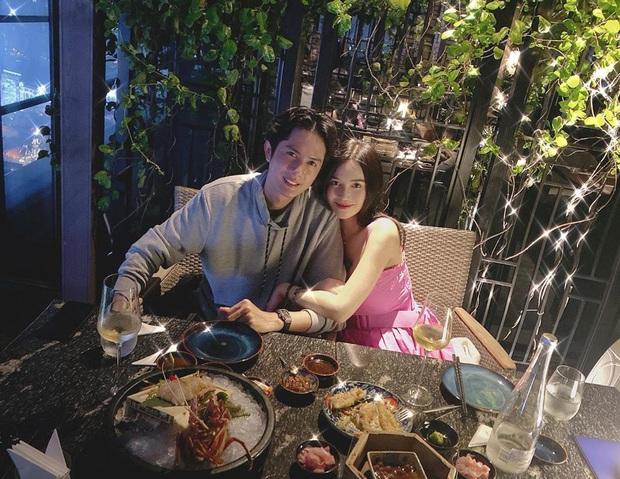 Để ý mà xem, cặp đôi hot nào cũng có 1 bức ảnh theo công thức: Nhà hàng sang trọng + view bao trọn thành phố + chỉ có đôi ta - Ảnh 7.