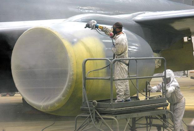 Những lý do nào khiến việc sơn một chiếc máy bay cũng có thể tốn đến 7 tỉ đồng và mất nửa tháng mới hoàn thành xong được? - Ảnh 1.