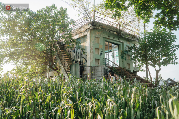 Giới trẻ Hà Nội săn hoàng hôn ở nhà ga thủy phi cơ bị bỏ hoang trên mạn hồ Tây - Ảnh 3.