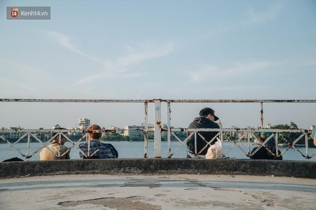 Giới trẻ Hà Nội săn hoàng hôn ở nhà ga thủy phi cơ bị bỏ hoang trên mạn hồ Tây - Ảnh 12.