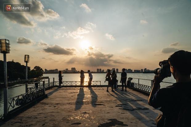 Giới trẻ Hà Nội săn hoàng hôn ở nhà ga thủy phi cơ bị bỏ hoang trên mạn hồ Tây - Ảnh 10.