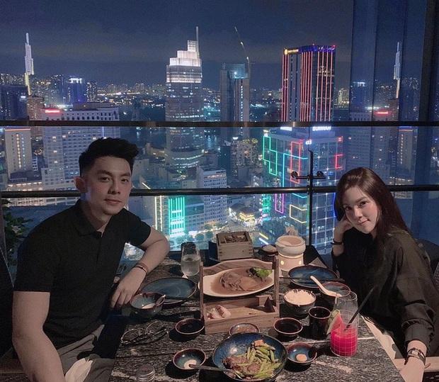 Để ý mà xem, cặp đôi hot nào cũng có 1 bức ảnh theo công thức: Nhà hàng sang trọng + view bao trọn thành phố + chỉ có đôi ta - Ảnh 1.