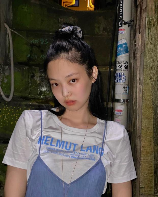 """""""Nữ hoàng sang chảnh"""" Jennie có một combo đồ xanh - trắng siêu xinh, ai cũng có thể học theo để nâng điểm style - Ảnh 1."""