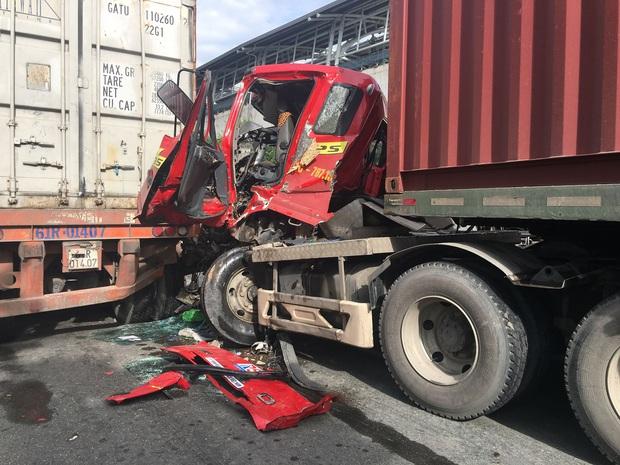 TP. HCM: Đầu xe container bẹp nát sau cú tông cực mạnh, tài xế bị mắc kẹt kêu cứu thảm thiết - Ảnh 1.