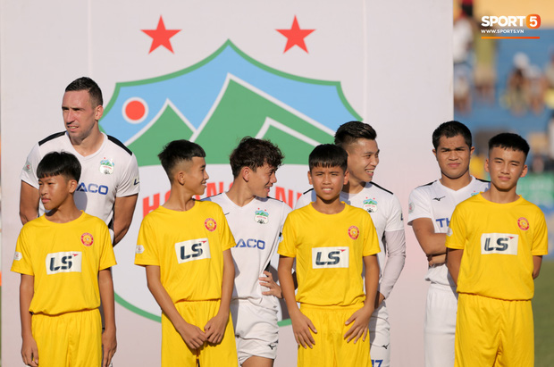 BTC thiếu chuyên nghiệp, Xuân Trường và đồng đội phải đứng chào cờ với đội hình kém duyên - Ảnh 2.