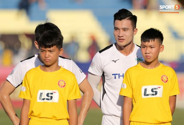 BTC thiếu chuyên nghiệp, Xuân Trường và đồng đội phải đứng chào cờ với đội hình kém duyên - Ảnh 3.