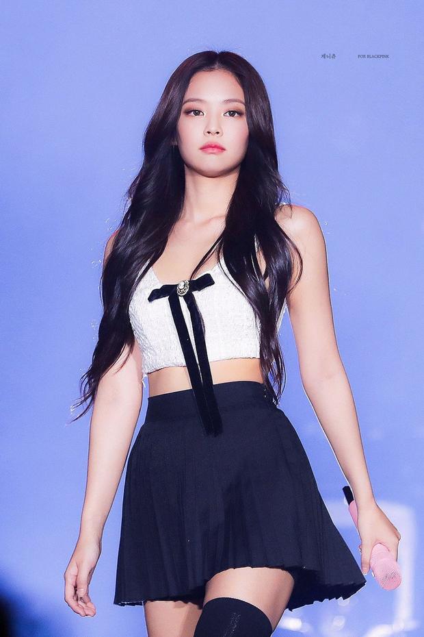 """Đây là 2 nữ idol có bờ vai đẹp nhất Kpop: Jennie (BLACKPINK) tạo ra trend """"móc áo"""", nhưng đã gặp đối thủ nhà JYP - Ảnh 4."""