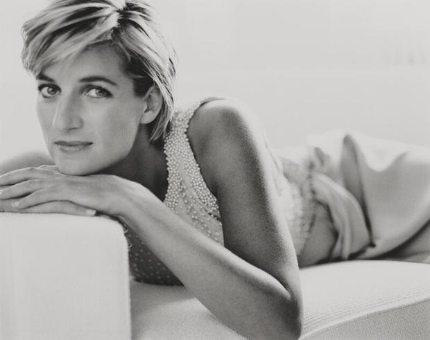 Hé lộ bộ ảnh hiếm ghi lại khoảnh khắc cuối cùng đầy rạng rỡ và hạnh phúc của Công nương Diana trước khi tai nạn thảm khốc xảy đến - Ảnh 1.
