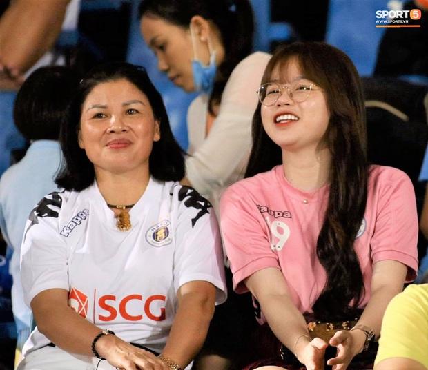 Huỳnh Anh trò chuyện thân mật cùng mẹ Quang Hải khi đến sân cổ vũ trận TP.HCM gặp Hà Nội FC - Ảnh 2.