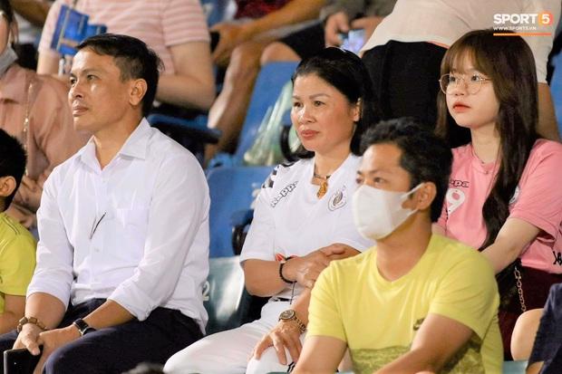 Huỳnh Anh trò chuyện thân mật cùng mẹ Quang Hải khi đến sân cổ vũ trận TP.HCM gặp Hà Nội FC - Ảnh 4.