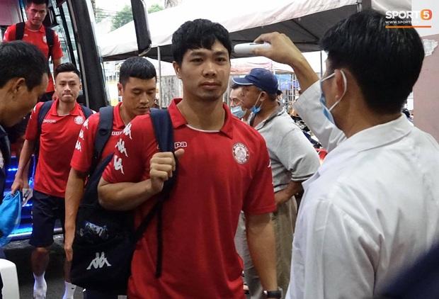 Huỳnh Anh trò chuyện thân mật cùng mẹ Quang Hải khi đến sân cổ vũ trận TP.HCM gặp Hà Nội FC - Ảnh 6.