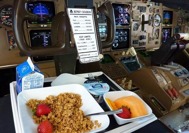 Hoá ra đây chính là góc ăn uống quen thuộc của các phi công trên máy bay, trông chẳng khác gì hành khách chúng ta - Ảnh 3.