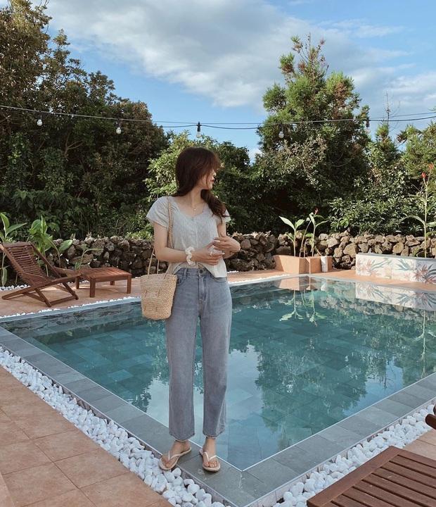 Mê quần jeans nhưng sợ phát ngốt vì nắng hè, chị em cứ nhắm trúng 4 kiểu dáng thoải mái sau mà diện - Ảnh 1.