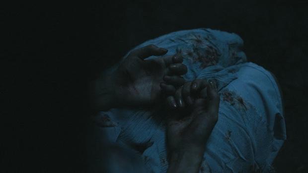 Hoàng Thùy Linh thất thần như ma nhập, tự cào tay toé máu ở teaser Trái Tim Quái Vật - Ảnh 4.