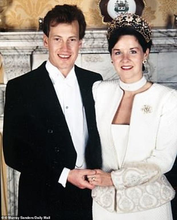Cặp đôi đồng tính đầu tiên đi vào lịch sử của hoàng gia Anh: Sau 17 năm lấy vợ mới tìm được hạnh phúc đích thực và hôn lễ có 1-0-2 - Ảnh 1.