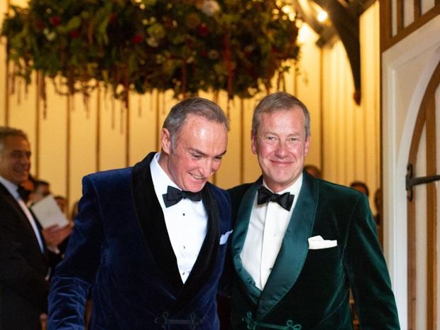Cặp đôi đồng tính đầu tiên đi vào lịch sử của hoàng gia Anh: Sau 17 năm lấy vợ mới tìm được hạnh phúc đích thực và hôn lễ có 1-0-2 - Ảnh 2.