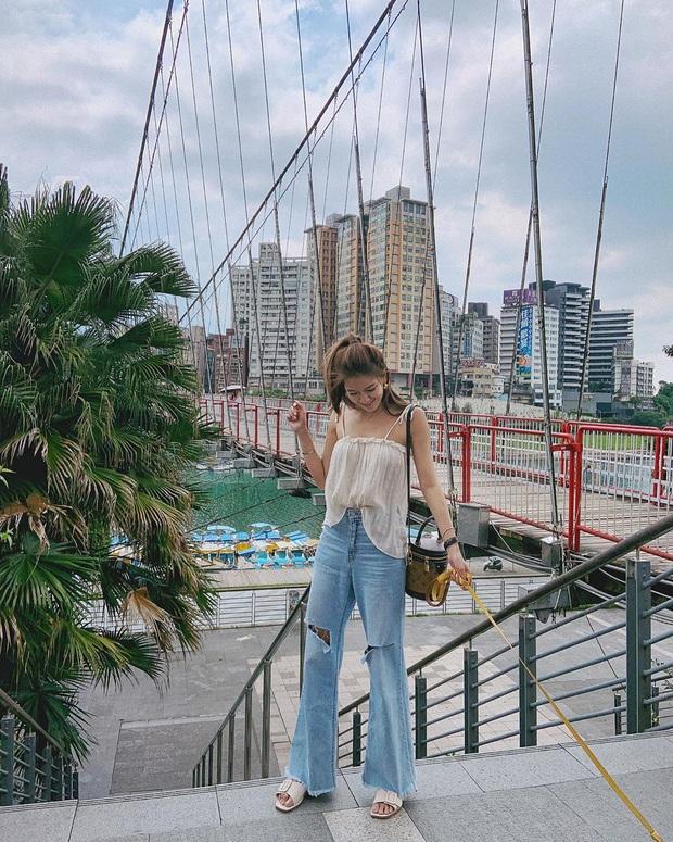 Mê quần jeans nhưng sợ phát ngốt vì nắng hè, chị em cứ nhắm trúng 4 kiểu dáng thoải mái sau mà diện - Ảnh 16.
