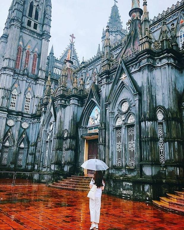 Dân tình thích mê với nhà thờ giống hệt tòa lâu đài ở Nam Định, khi đến chơi chỉ cần giơ máy ảnh là sẽ có hình như ở trời Tây - Ảnh 3.