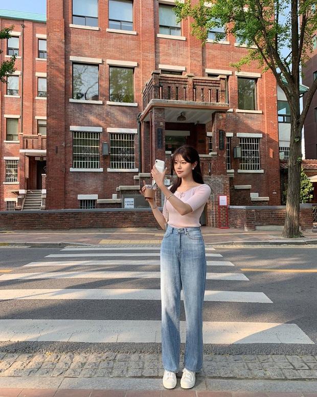 Mê quần jeans nhưng sợ phát ngốt vì nắng hè, chị em cứ nhắm trúng 4 kiểu dáng thoải mái sau mà diện - Ảnh 7.
