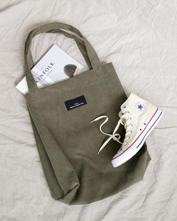 Đi du lịch chỉ cần mang theo 1 đôi giày ăn rơ mọi set đồ: Chiêu tiết kiệm diện tích vali chị em nào cũng áp dụng được  - Ảnh 6.
