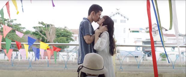 Khánh Vân cưỡng hôn Tuấn Trần ở Xin Chào Papa, nụ hôn 4 tiếng trong lời đồn đây sao? - Ảnh 3.