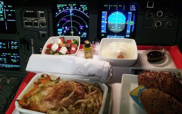 Hoá ra đây chính là góc ăn uống quen thuộc của các phi công trên máy bay, trông chẳng khác gì hành khách chúng ta - Ảnh 4.