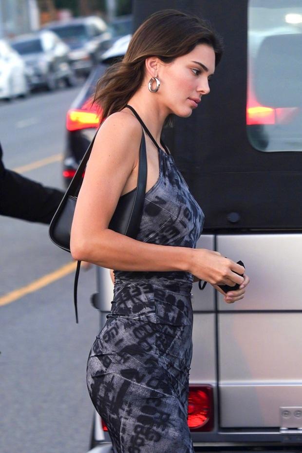 Ngất lịm với thánh body Kendall Jenner: Diện mỗi váy yếm mà sexy phát hờn, ảnh chụp vội xịn như lên tạp chí - Ảnh 5.