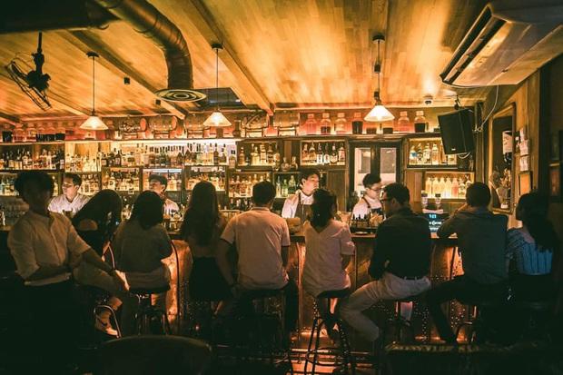 Đi bar đừng bao giờ nói em uống gì cũng được, nhất là khi đã có hẳn bài tips gọi đồ ở bar vừa văn minh vừa lịch sự - Ảnh 1.