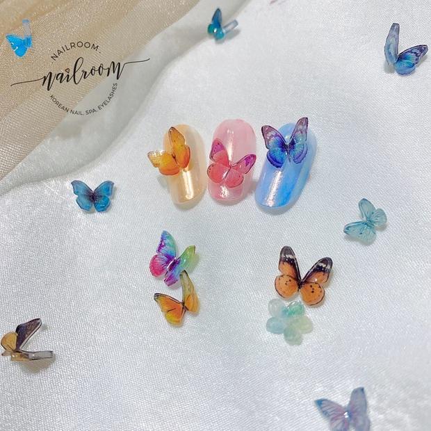 Mẫu nail gắn sticker bươm bướm đang hot rần rần khắp chốn, xinh muốn xỉu nhìn là muốn triển ngay - Ảnh 8.