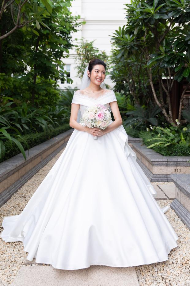 Chẳng sương sa hột lựu, váy cưới của Thúy Vân tinh giản mà vẫn đặc biệt: Bộ lấy cảm hứng từ tên cô dâu, bộ giấu bụng bầu cực sang - Ảnh 3.