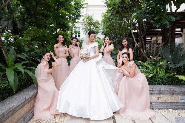 Chẳng sương sa hột lựu, váy cưới của Thúy Vân tinh giản mà vẫn đặc biệt: Bộ lấy cảm hứng từ tên cô dâu, bộ giấu bụng bầu cực sang - Ảnh 2.