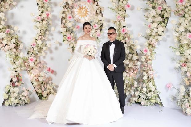 Chẳng sương sa hột lựu, váy cưới của Thúy Vân tinh giản mà vẫn đặc biệt: Bộ lấy cảm hứng từ tên cô dâu, bộ giấu bụng bầu cực sang - Ảnh 6.