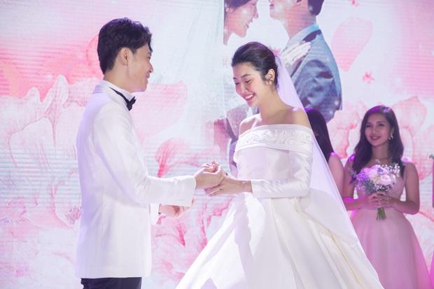 Chẳng sương sa hột lựu, váy cưới của Thúy Vân tinh giản mà vẫn đặc biệt: Bộ lấy cảm hứng từ tên cô dâu, bộ giấu bụng bầu cực sang - Ảnh 7.