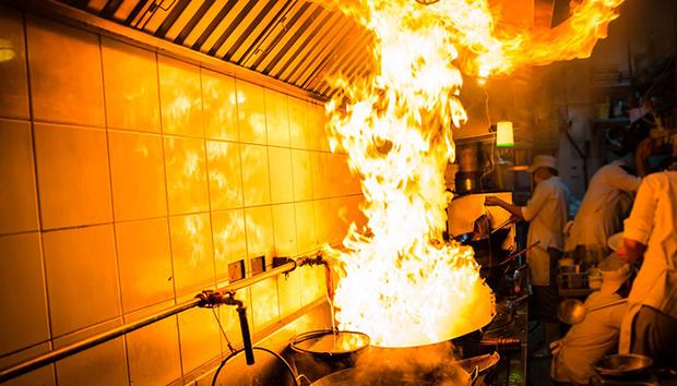 """Bật bếp quên tắt khiến lửa bốc cháy dữ dội, hai mẹ con liền lấy nước để dập nhưng ai ngờ đâu lại """"phản tác dụng"""" - Ảnh 3."""