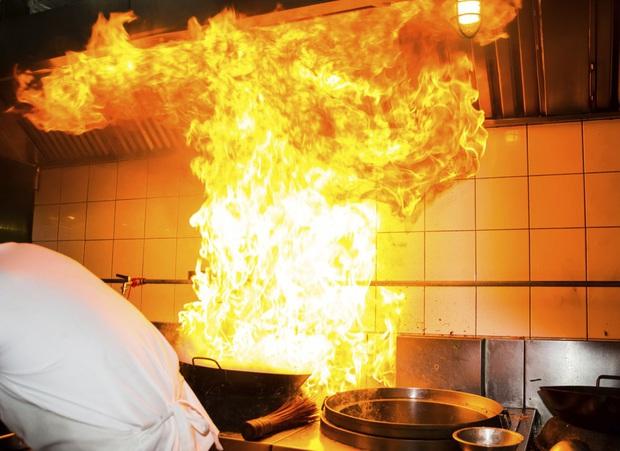 """Bật bếp quên tắt khiến lửa bốc cháy dữ dội, hai mẹ con liền lấy nước để dập nhưng ai ngờ đâu lại """"phản tác dụng"""" - Ảnh 4."""