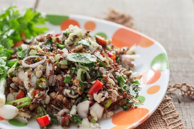 4 món ăn siêu dị đố ai dám thử khi vi vu đất Thái: hết ăn sống trứng kiến lửa đến nòng nọc nướng lá chuối - Ảnh 2.