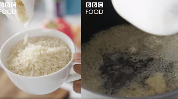 Show ẩm thực Anh khiến cư dân mạng châu Á đứng ngồi không yên vì cách nấu cơm ngược đời: Không vo gạo, đem cơm chín rửa lại với nước lạnh - Ảnh 1.