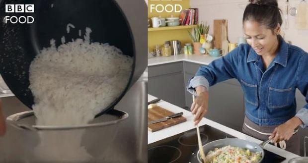 Show ẩm thực Anh khiến cư dân mạng châu Á đứng ngồi không yên vì cách nấu cơm ngược đời: Không vo gạo, đem cơm chín rửa lại với nước lạnh - Ảnh 2.