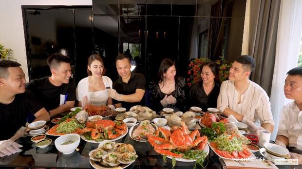 Nhiều người bạo tay chi vài chục triệu mua hải sản về tự nấu, trong đó cua hoàng đế siêu khủng có gì đặc biệt mà giá lên đến gần 2 triệu đồng/kg? - Ảnh 1.