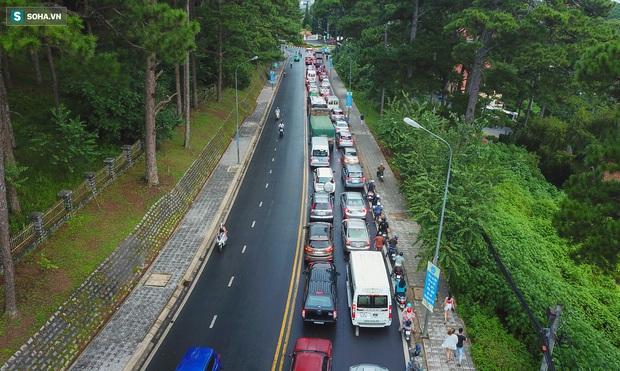 Cửa ngõ Đà Lạt ùn tắc kéo dài, hàng trăm ôtô nhúc nhích từng chút trong cơn mưa chiều - Ảnh 1.