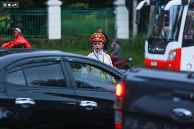Cửa ngõ Đà Lạt ùn tắc kéo dài, hàng trăm ôtô nhúc nhích từng chút trong cơn mưa chiều - Ảnh 11.